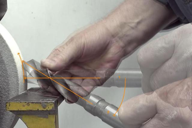 Как просверлить длинные отверстия в алюминиевых брусках, используя токарный станок