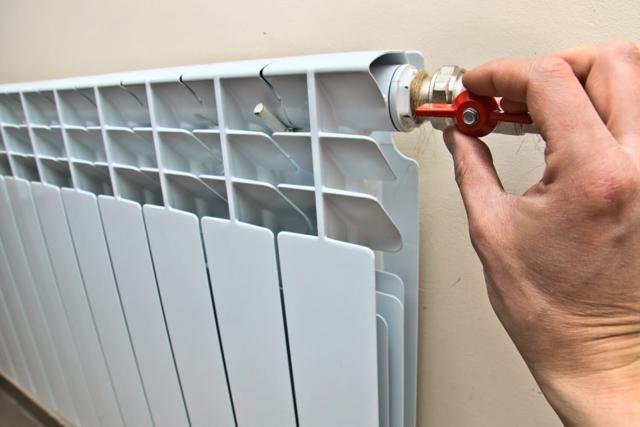 Как отремонтировать батарею отопления без спуска воды из системы
