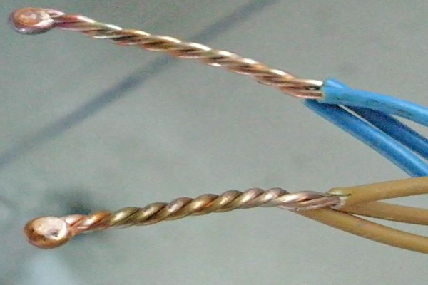 Куда присоединять провод массы и как обеспечить фиксацию деталей при сварке